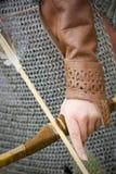 装甲中世纪箭头的弓 库存照片