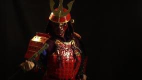 装甲和面具的武士去掉从刀鞘的一katana 影视素材