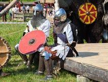 装甲的两个未认出的骑士在战斗以后 图库摄影