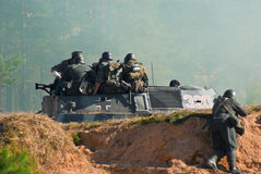 装甲的军用战士通信工具 库存图片
