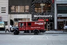 装甲的送货卡车一家快餐餐馆外 库存图片