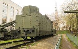 装甲的WWII俄国机车后面 免版税库存图片