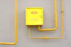 装箱和在墙壁上的煤气管 库存照片