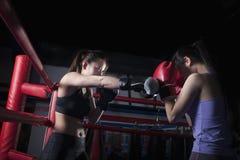 装箱在拳击台的两位女性拳击手在北京,中国 免版税库存照片