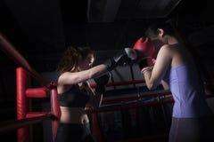装箱在拳击台的两位女性拳击手在北京,中国 免版税图库摄影