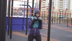 装箱在街道训练场,与阴影的战斗,缓慢的mo的拳击手套的妇女 股票视频