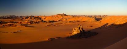 装罐Merzouga沙丘的日出视图, Tassili nAjjer国家公园,阿尔及利亚 图库摄影