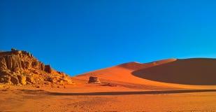 装罐Merzouga沙丘的日出视图, Tassili nAjjer国家公园,阿尔及利亚 免版税库存照片