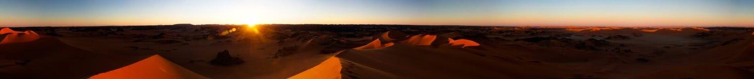 360装罐Merzouga沙丘的日落全景在Tassili nAjjer国家公园在阿尔及利亚 库存照片