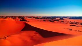 装罐Merzouga沙丘的日落视图在Tassili nAjjer国家公园在阿尔及利亚 免版税库存图片