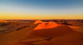 装罐Merzouga沙丘的日落视图在Tassili nAjjer国家公园在阿尔及利亚 库存照片