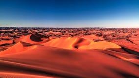 装罐Merzouga沙丘的日落视图在Tassili nAjjer国家公园在阿尔及利亚 免版税图库摄影