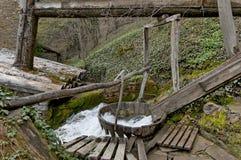 装置(Tepavitza,缩密法磨房)洗涤的羊毛用水编织 库存图片