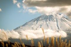 装腔作势地说富士圣火山口与云彩和好的天空的在日本的冬天季节 库存照片