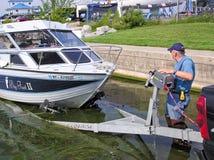 装载一个渔船的小船发射的人在拖车 图库摄影