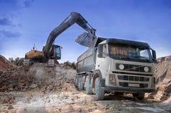 装载一个大卡车建筑材料粘土矿坑 库存照片