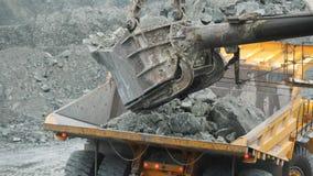 装载倾销者的挖掘机特写镜头用矿石在猎物 安大路西亚地球行业毁损开采的西班牙 影视素材