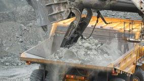 装载倾销者的挖掘机特写镜头用矿石在猎物 安大路西亚地球行业毁损开采的西班牙 股票视频