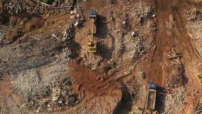 装载卡车的挖掘机在拆毁房子以后 r 影视素材