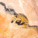 装载卡车的挖掘机 库存图片