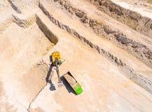 装载卡车的挖掘机 免版税库存照片