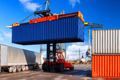 装载和卸载容器在口岸 免版税库存图片