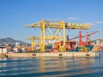 装载和卸载容器的大黄色起重机从货物 免版税库存图片