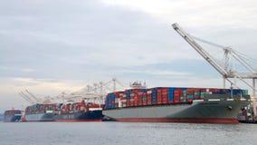 装载在奥克兰港的货船  免版税图库摄影