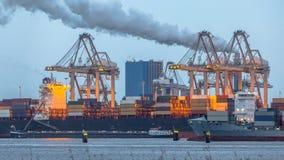 装载在鹿特丹港的集装箱船  免版税库存照片