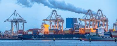 装载在Europoort tweede maasvlakte的集装箱船怀有 免版税库存图片