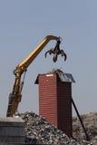 装载容器的履带牵引装置挖掘机 免版税图库摄影