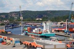 装载容器的起重机在端口的船 免版税图库摄影