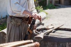装载对一把古色古香的猎枪的桶的一粒粉末 库存图片
