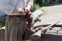 装载对一把古色古香的猎枪的桶的一粒粉末 库存照片