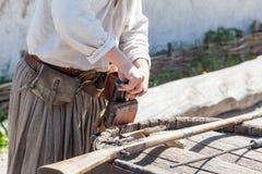 装载对一把古色古香的猎枪的桶的一粒粉末 免版税图库摄影