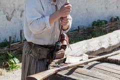 装载对一把古色古香的猎枪的桶的一粒粉末 免版税库存照片