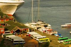 装载当天结束旅程的旅客的公共汽车和小船从游轮 库存图片