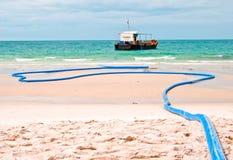 装载淡水船的海滩 图库摄影