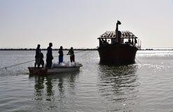 装载渔船的渔夫用鱼的冰能停留新鲜 库存图片