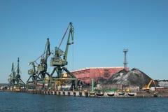 装载煤炭的起重机在口岸 库存图片