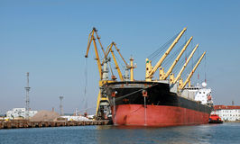 装载用大工业货船起重机  免版税库存照片