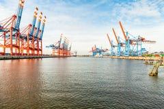 装载的和卸货的船的口岸终端 免版税库存图片