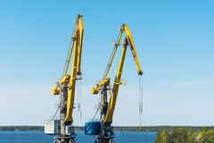 装载的容器的两台公海起重机在船和火车的货物 库存照片