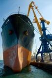 装载的船下 免版税库存图片