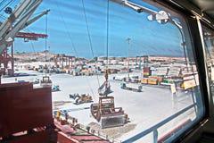 装载的货物终端由船起重机的石膏货物对散装货轮 塞拉莱,阿曼港  库存图片