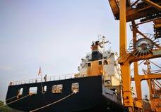 装载的Portainer和从集装箱船卸载 库存照片
