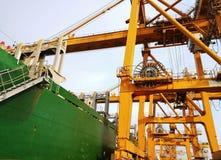 装载的Portainer和从集装箱船卸载 免版税图库摄影