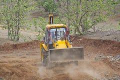 装载者反向铲挖掘者在工作 库存图片