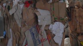 装载者排序有被回收的材料的板台 股票视频