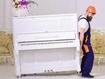 装载者移动钢琴仪器 传讯者交付家具在的情况下搬出,拆迁 有胡子的人,工作者 免版税库存图片